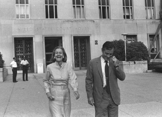 Katherine Graham e il suo editore esecutivo Benjamin C. Bradlee fuori l'U.S. District Court nel 1971 (fonte: backstage.blog.com)